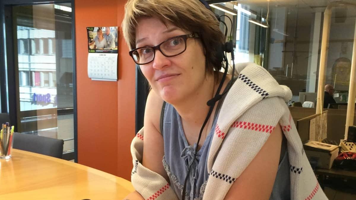 Outi Fingerroos Radio Keski-Suomen studiossa.