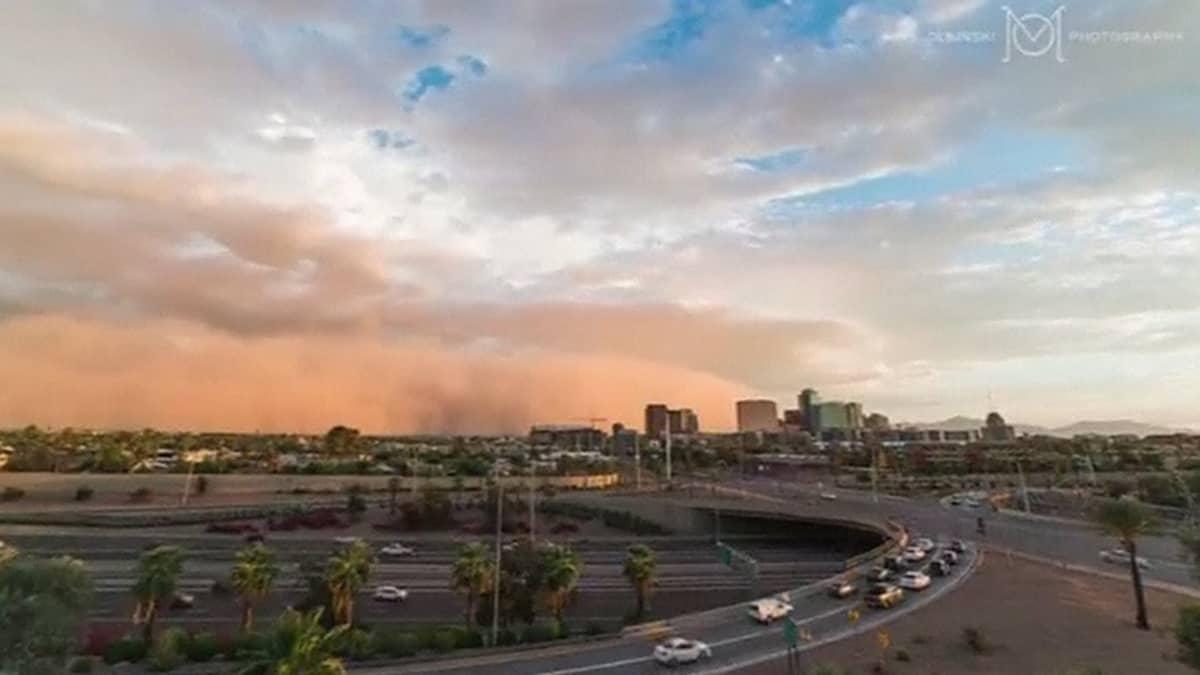Lähestyvä hiekkamyrsky Phoenixin horisontissa.