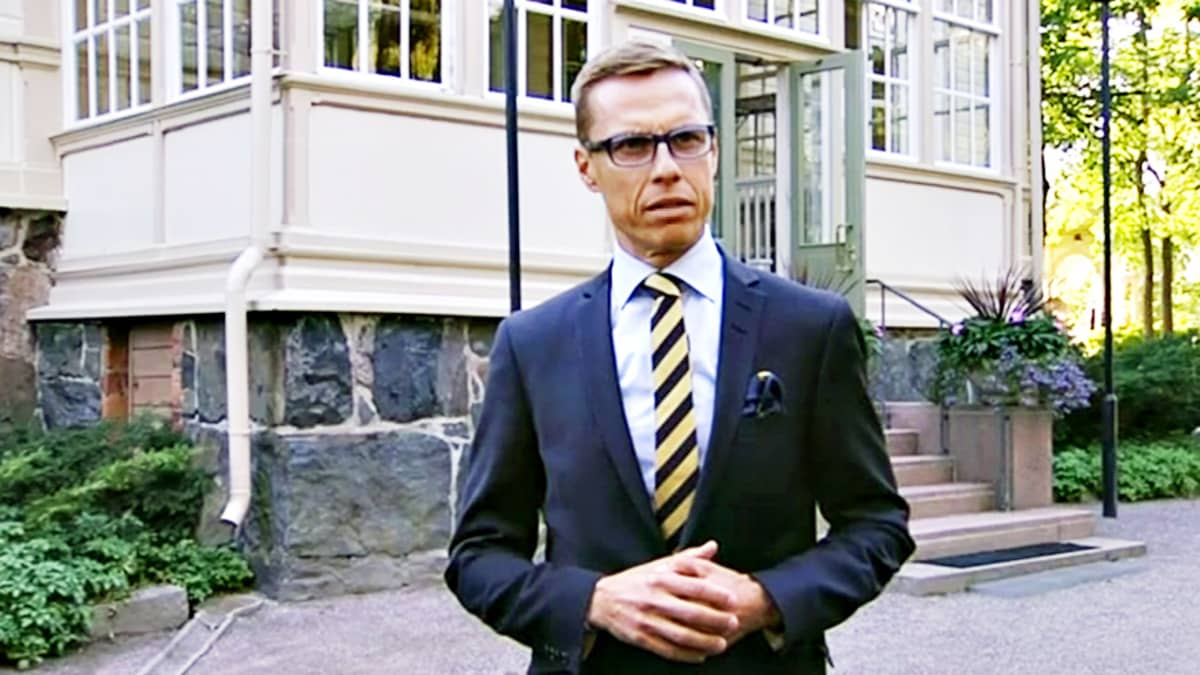 Pääministeri Alexander Stubb tiedotustilaisuudessa Kesärannassa maanantaina.