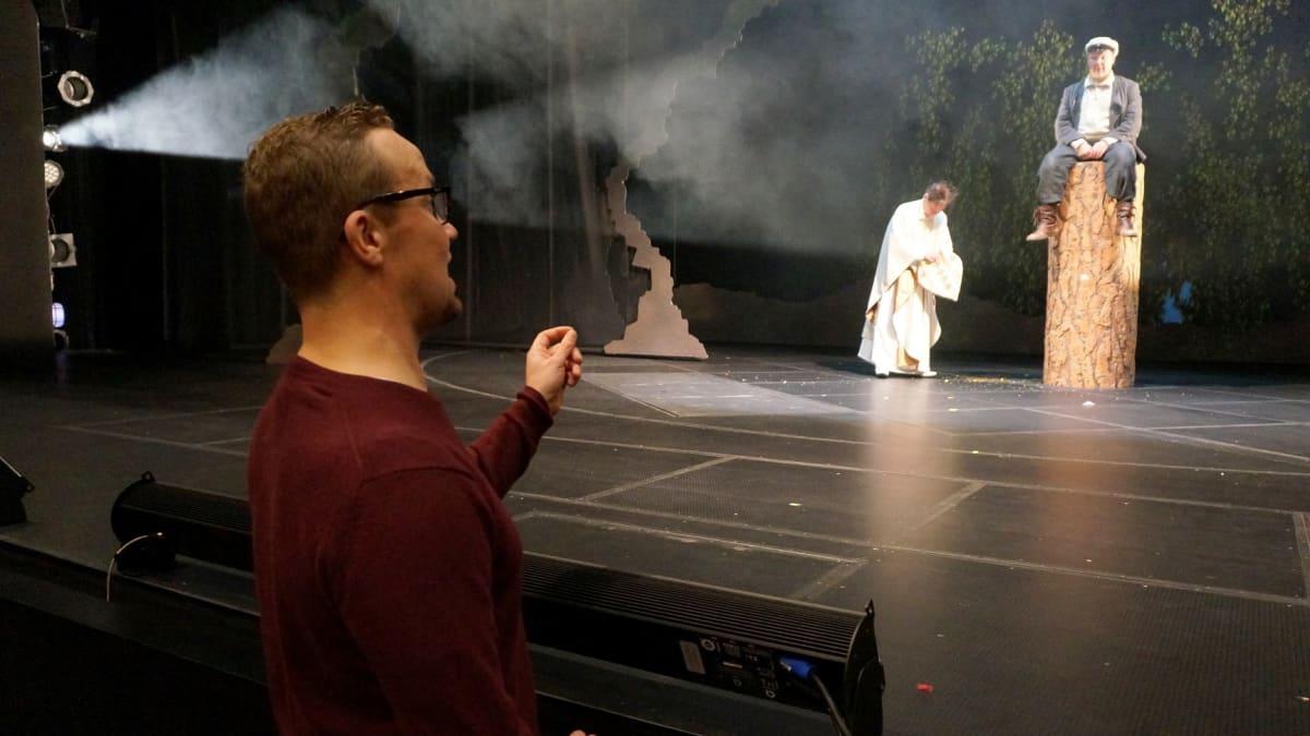 Petteri Summanen Kaikki Kivestä -näytelmän harjoituksissa