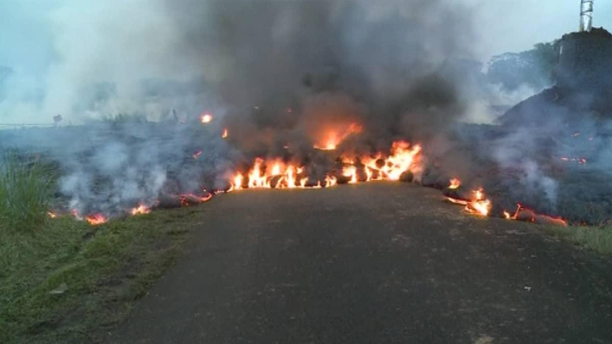 Kilauea-tulivuoren laavavirta on katkaissut tien.