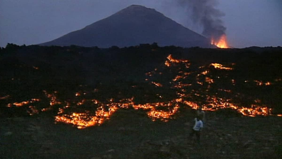 Purkautuva Pico do Fogo -tulivuori ja siitä purkautuvaa laavaa.