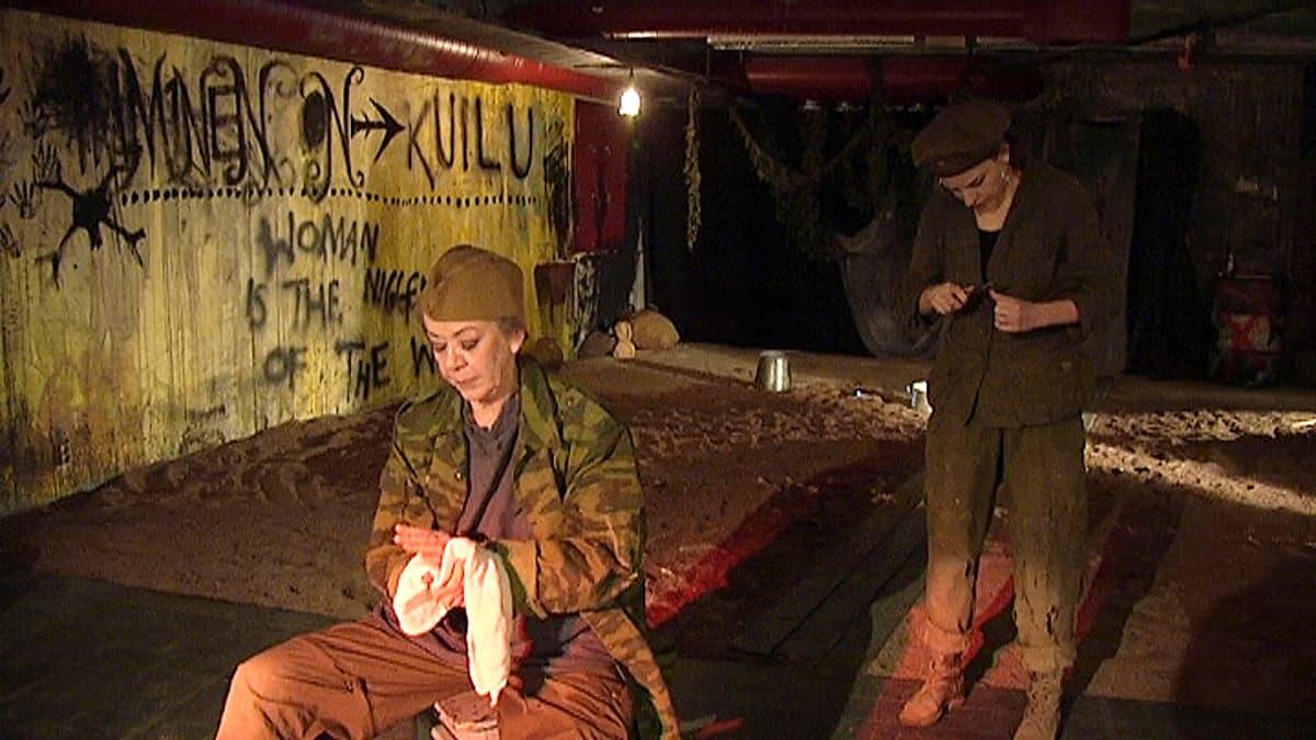 W -kuoliaaksi kiusatun näyttelijät MARJA-LIISA KETOLA ja LIISA SOFIA PÖNTINEN