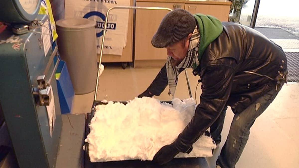 Vesa punnitsee kolallista lunta Lappeenrannan Matkahuollolla.