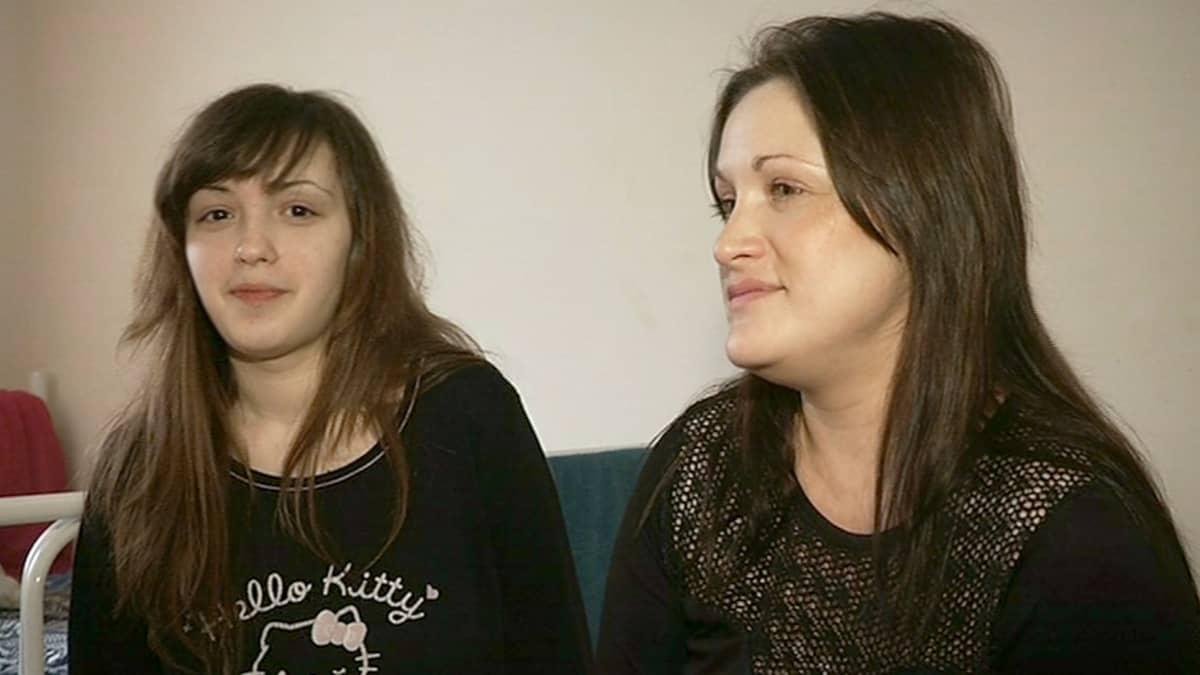 Kaksi naista istuu sängyllä.