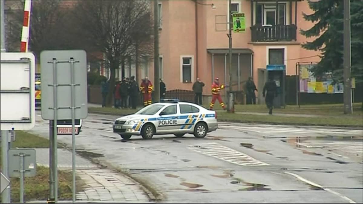 Poliisiauto kadulla tapahtumapaikan lähistöllä.