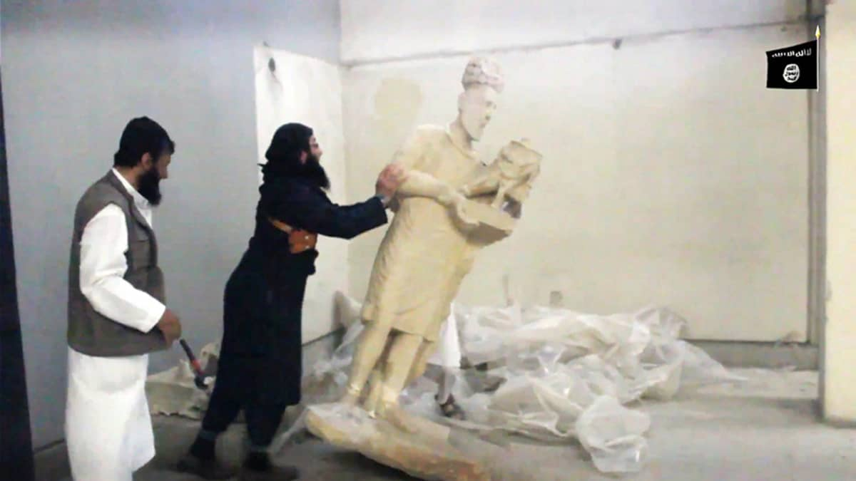 ISIS tuhosi historiallisia esineitä Mosulin museossa Irakissa.