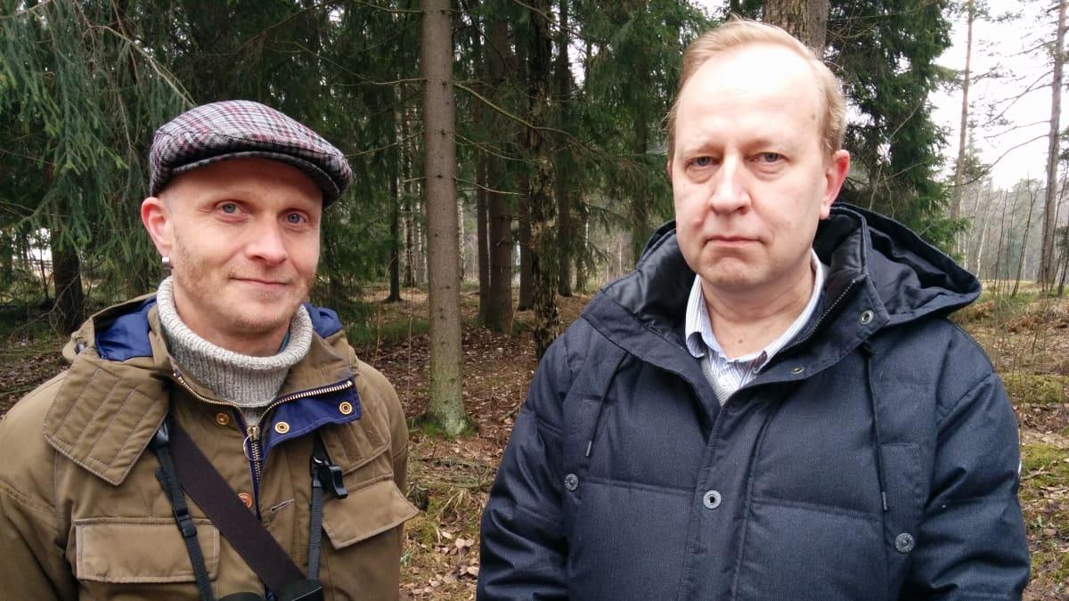 Luonnontieteellisestä keskusmuseon asiantuntijat Markus Piha ja Jari Valkama seisovat metsässä.