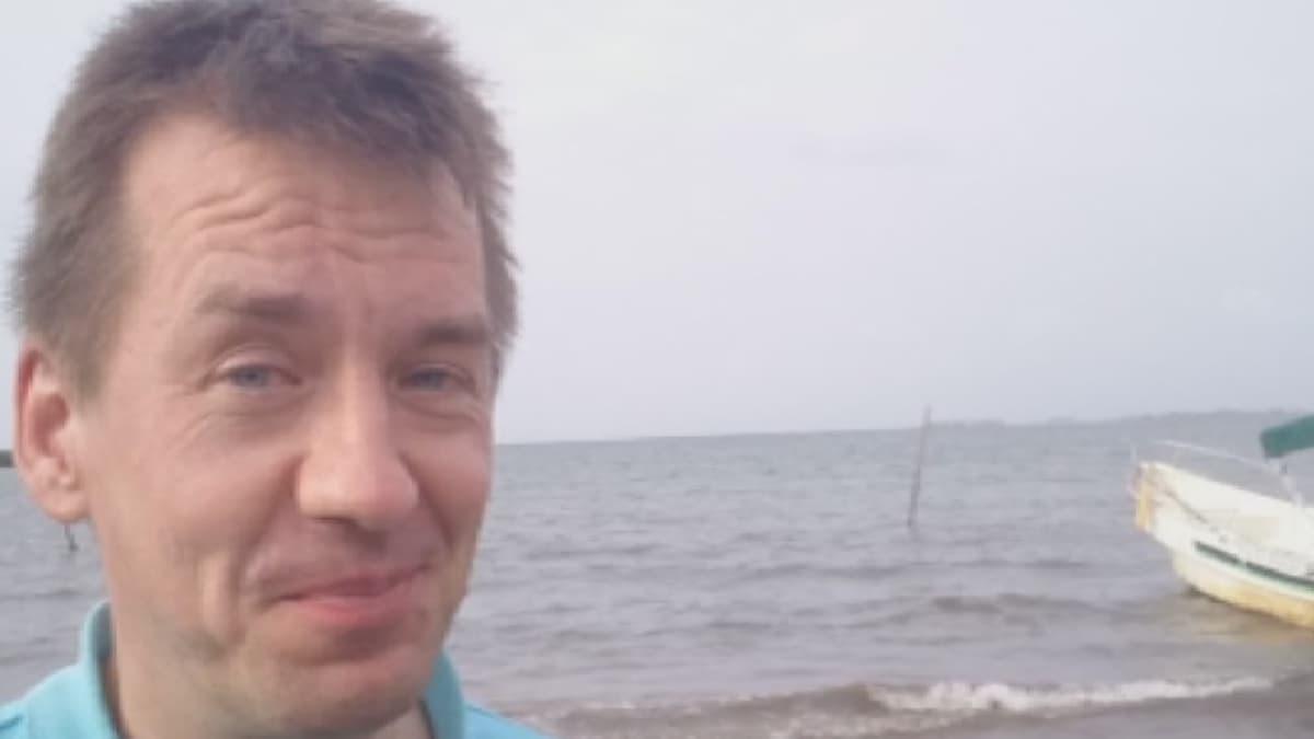 Mika Mäkeläinen rannalla
