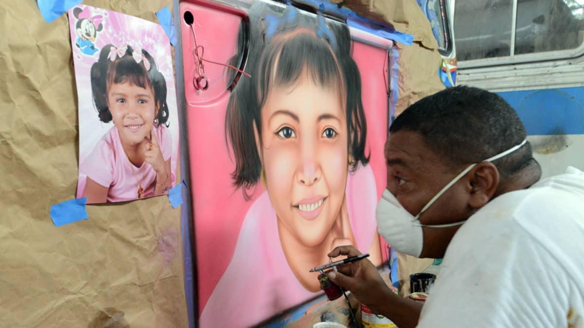 Mallina on valokuva bussiomistajan lapsenlapsesta, Yojhalis Massielista, jonka nimi on myös maalattu bussin kylkeen