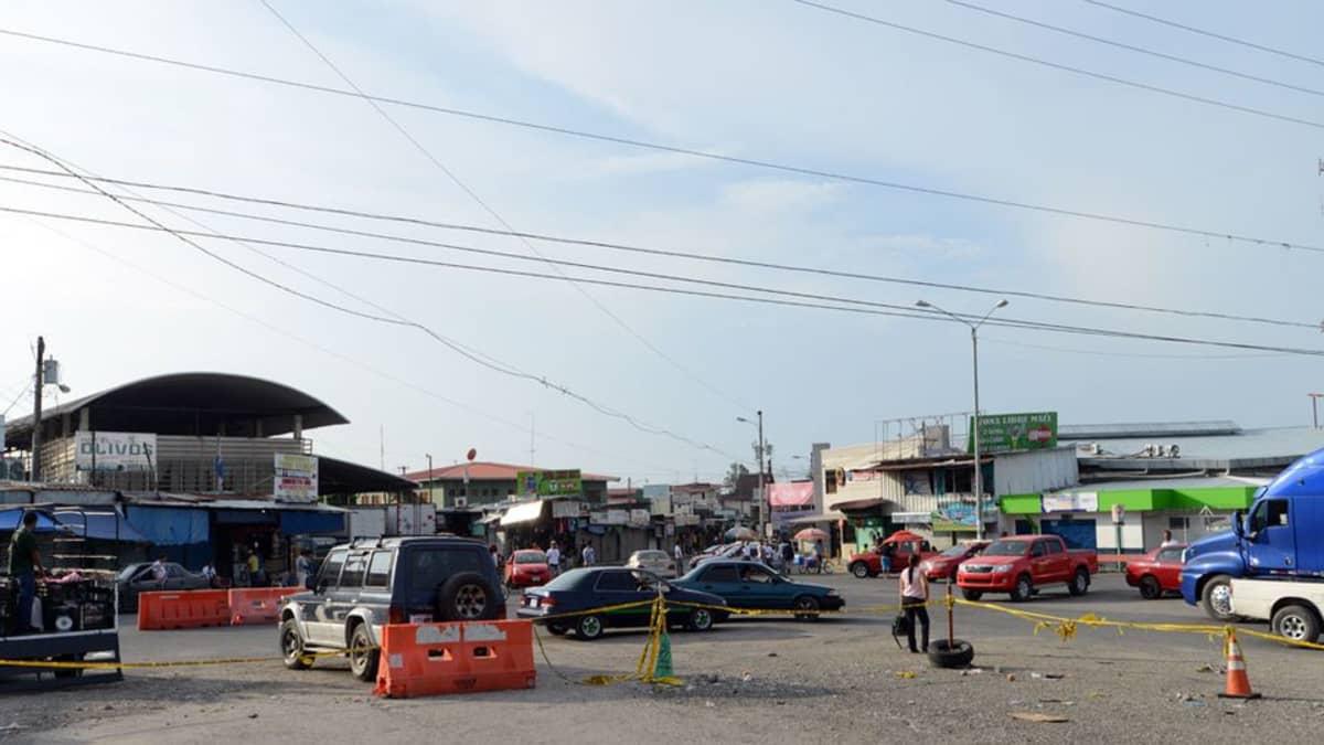 Tästä risteyksestä puolet kuuluu Panamalle ja puolet Costa Ricalle, laiskanpuoleinen valvonta molemmille.