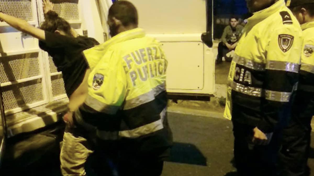 Poliisi tekemässä ruumiintarkastusta pidätetylle San Joséssa.