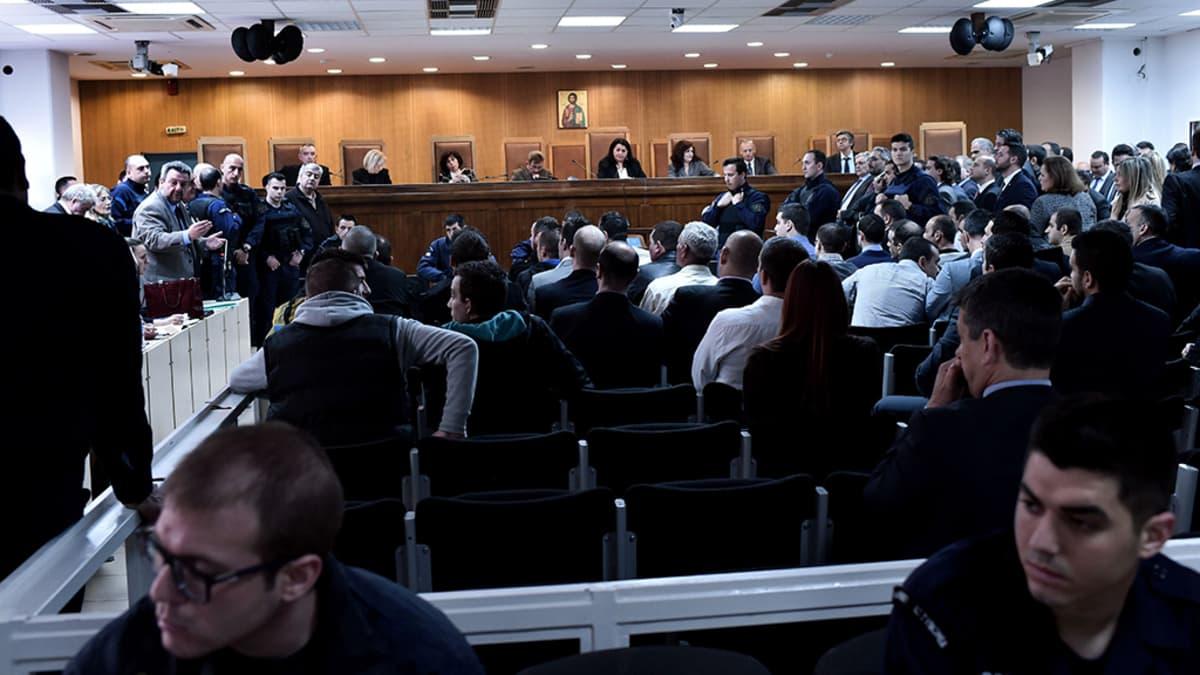 Kultainen aamunkoitto -puolueen oikeudenkäynti Ateenassa 20. huhtikuuta 2015.