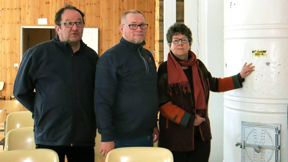 Sinetän kyläyhdistyksen jäsenet vasemmalta: Pentti Remsu, Kai Kolehmainen ja Päivi Linnansaari
