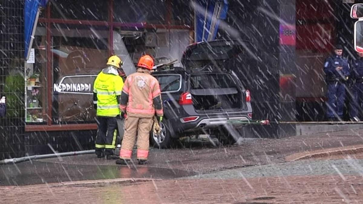 nappikauppa auto sisään liikehuoneistoon näyteikkuna poliisi onnettomuus pelastuslaitos