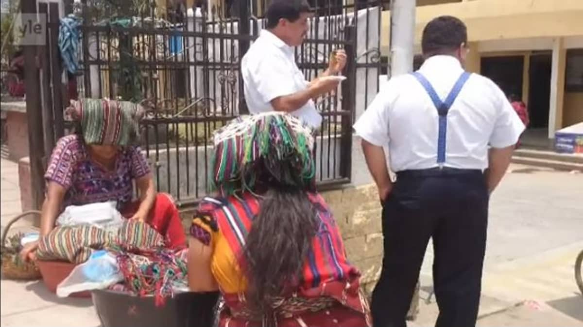 Guatemalalaiset pikkukaupungit ovat vilkkaita markkinapaikkoja.
