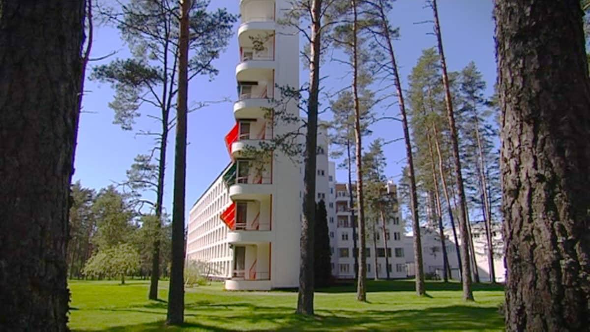 Rakennus metsän keskellä.