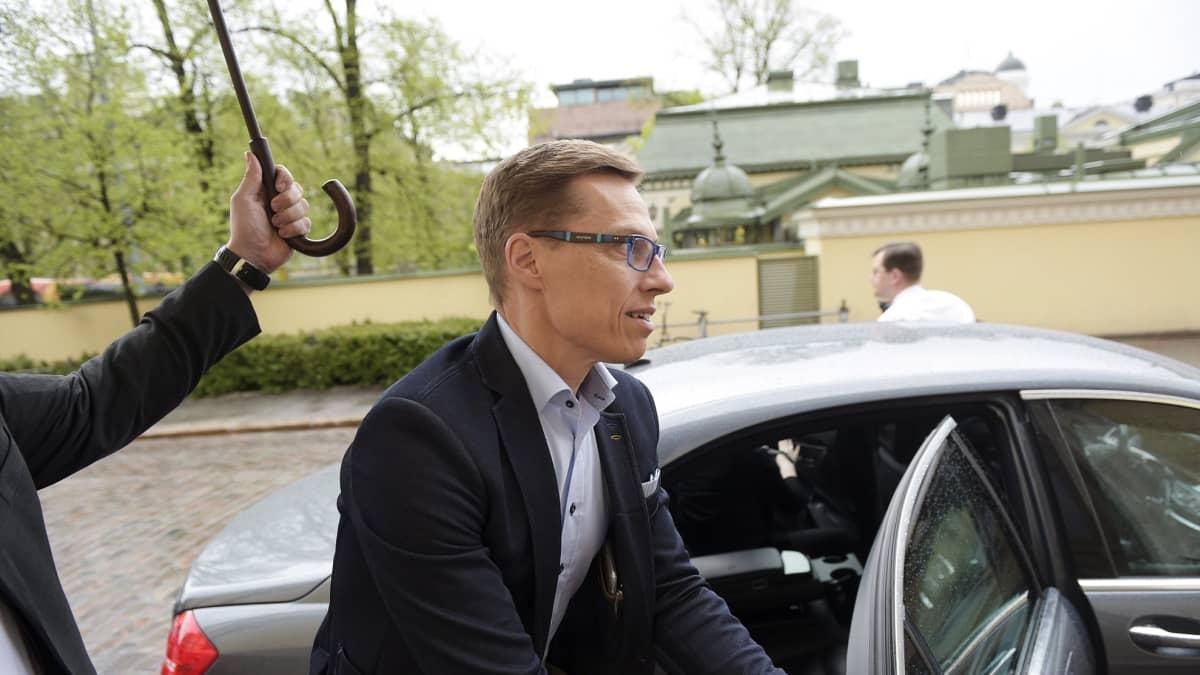 Kokoomuksen puheenjohtaja Alexander Stubb saapui puolueen eduskuntaryhmän kokoukseen Smolnaan Helsingissä sunnuntaina 24 toukokuuta.