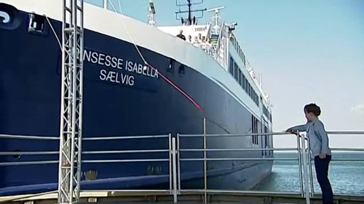 Tanskan psinsessa Isabella kastamassa laivaa