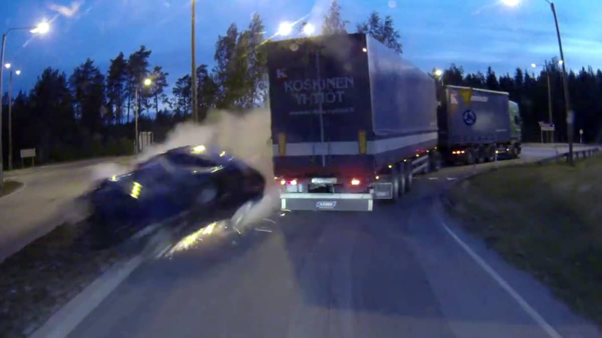Henkilöauto ajoi liikenneympyrän läpi Hämeenkyrössä