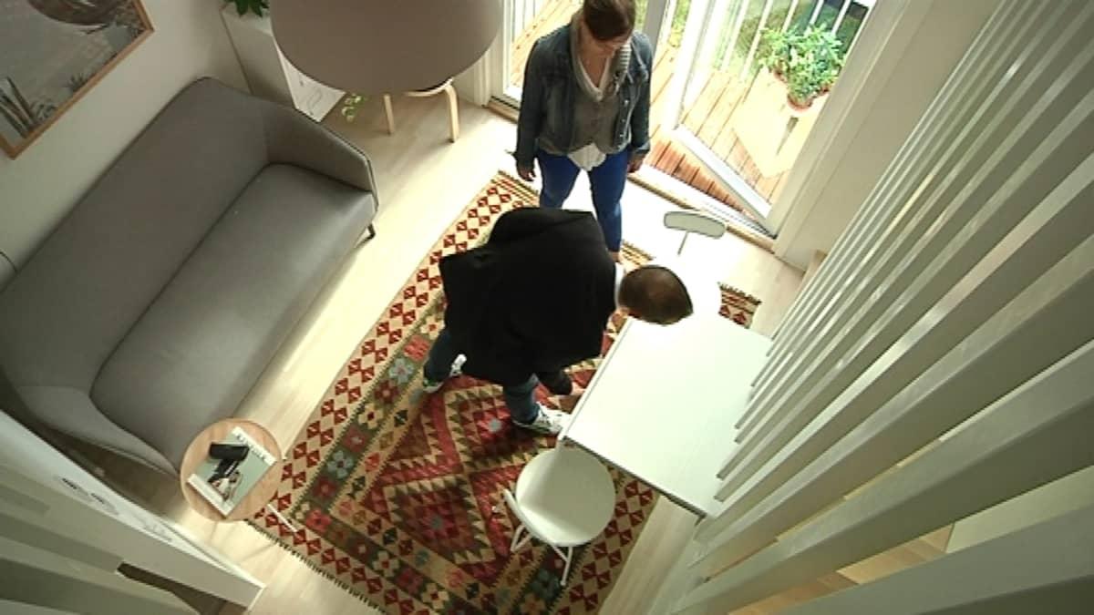 Saton minikodin oleskelutilan ruokapöytä tulee esiin seinästä portaiden alta.