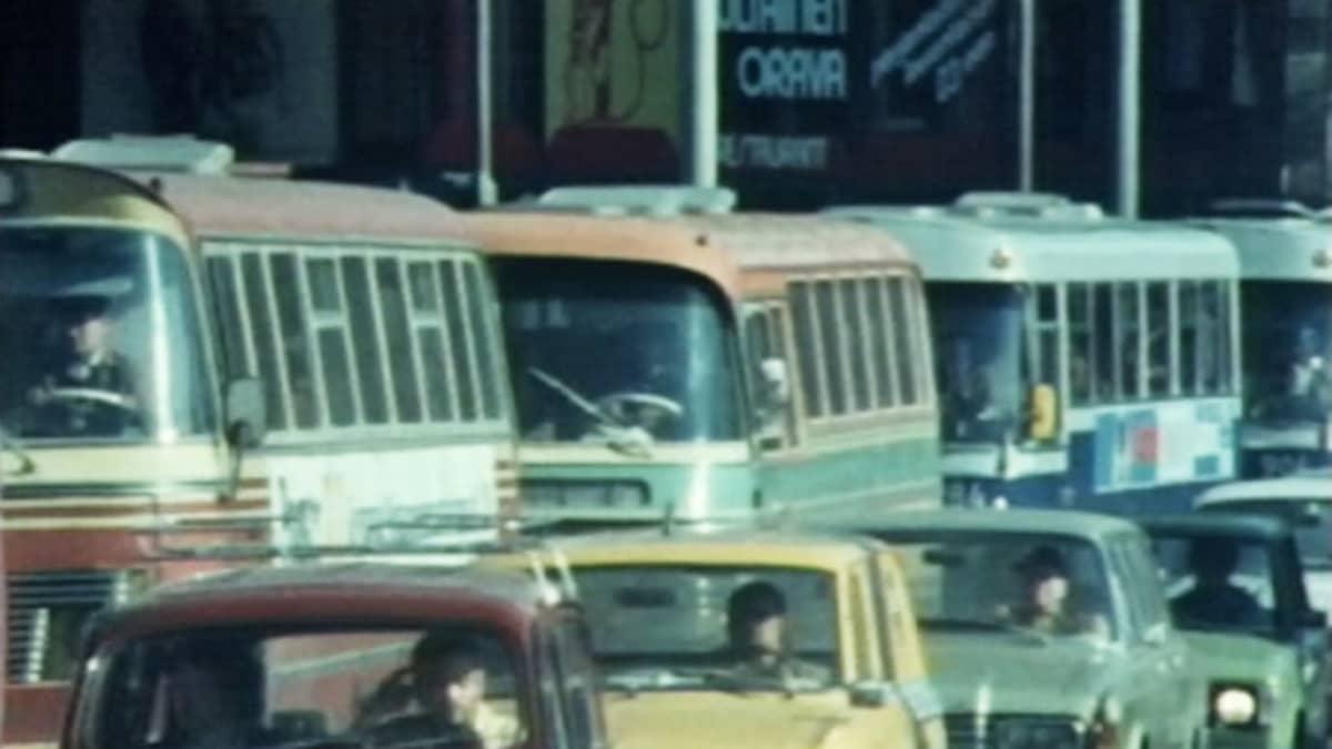Liikennettä Helsingin kaduilla vuonna 1975.
