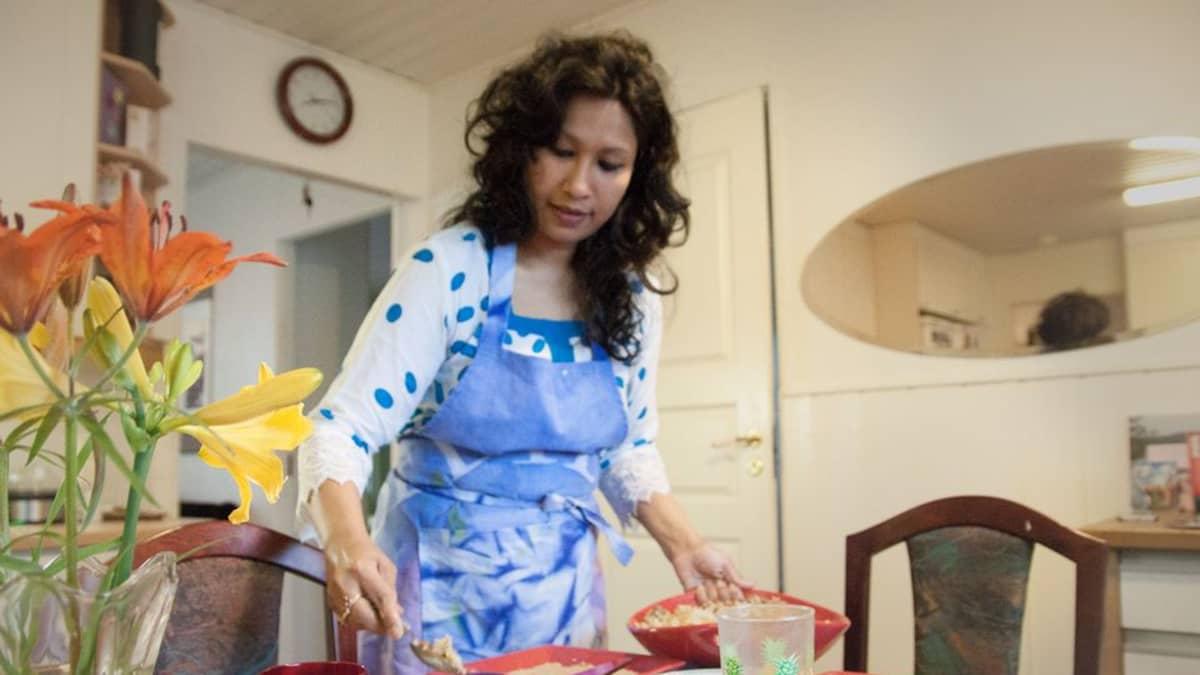 Kun Nafisa Yeasminin tutkijan työ yliopistolla päättyy, hän alkaa valmistaa kotona Rovaniemen Korkalovaarassa juhlavaa Ramadan-ateriaa.