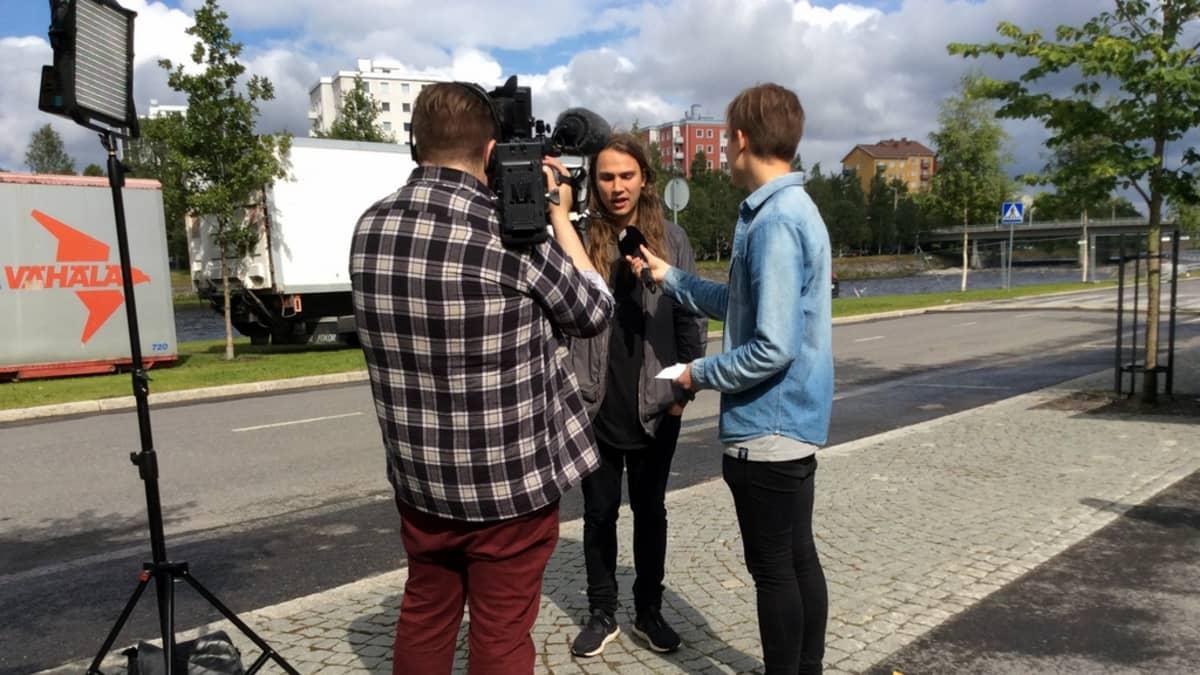 Räppäri Paperi T Yle Oulun haastattelussa Qstockissa.