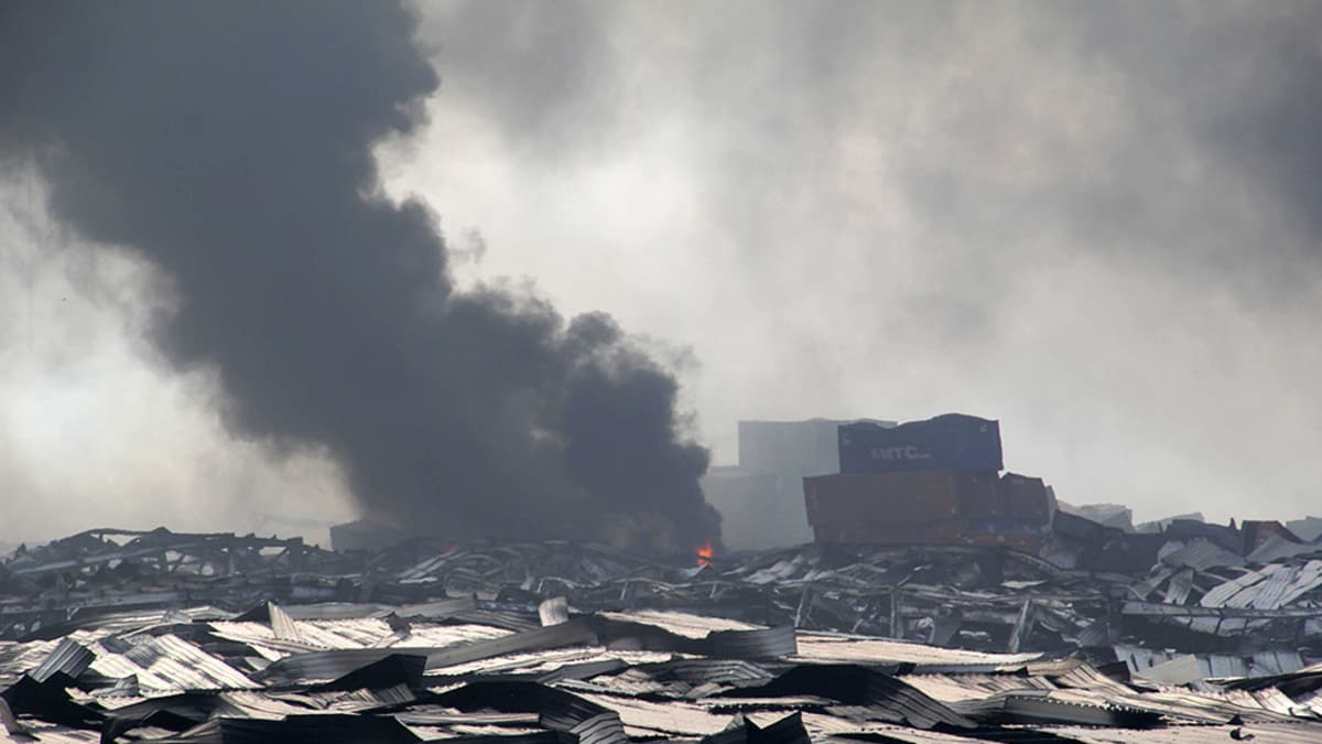 Savua räjähdysten seurauksena Tianjinin satama-alueella 13. elokuuta 2015.