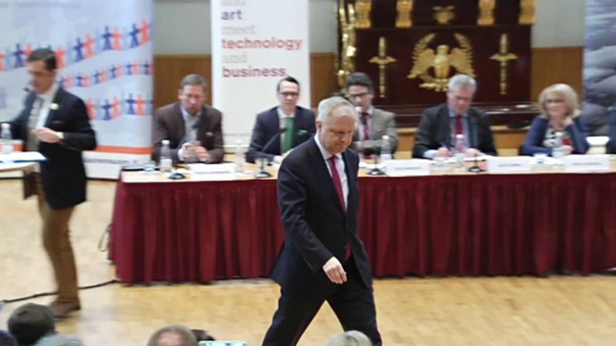 Olli Rehn kävelee pois