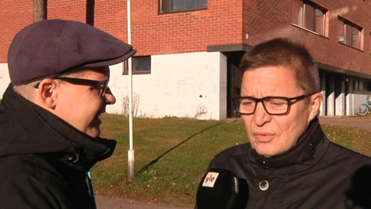 Toimittaja haastattelee poliitikkoa