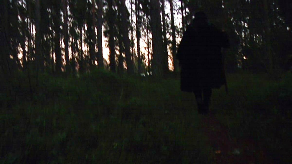 Västervikin metsäpolkujen mustapukuinen nainen