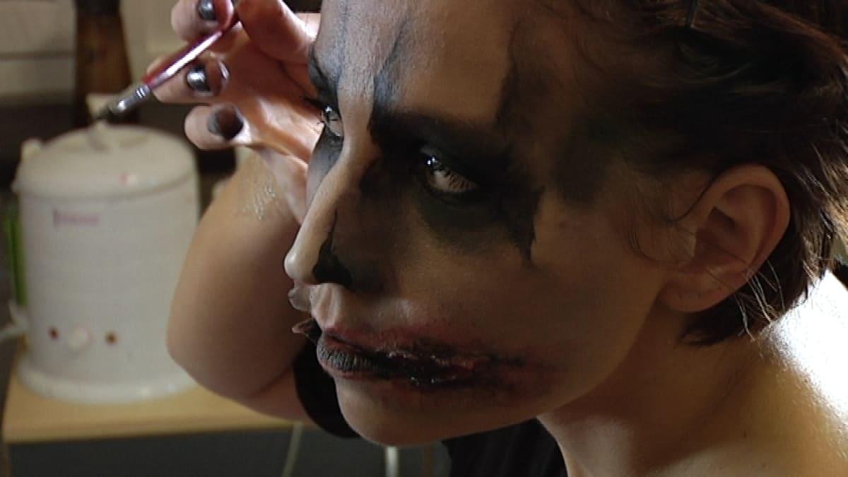 Heli Mäkisalo maskeeraa itseään zombieksi
