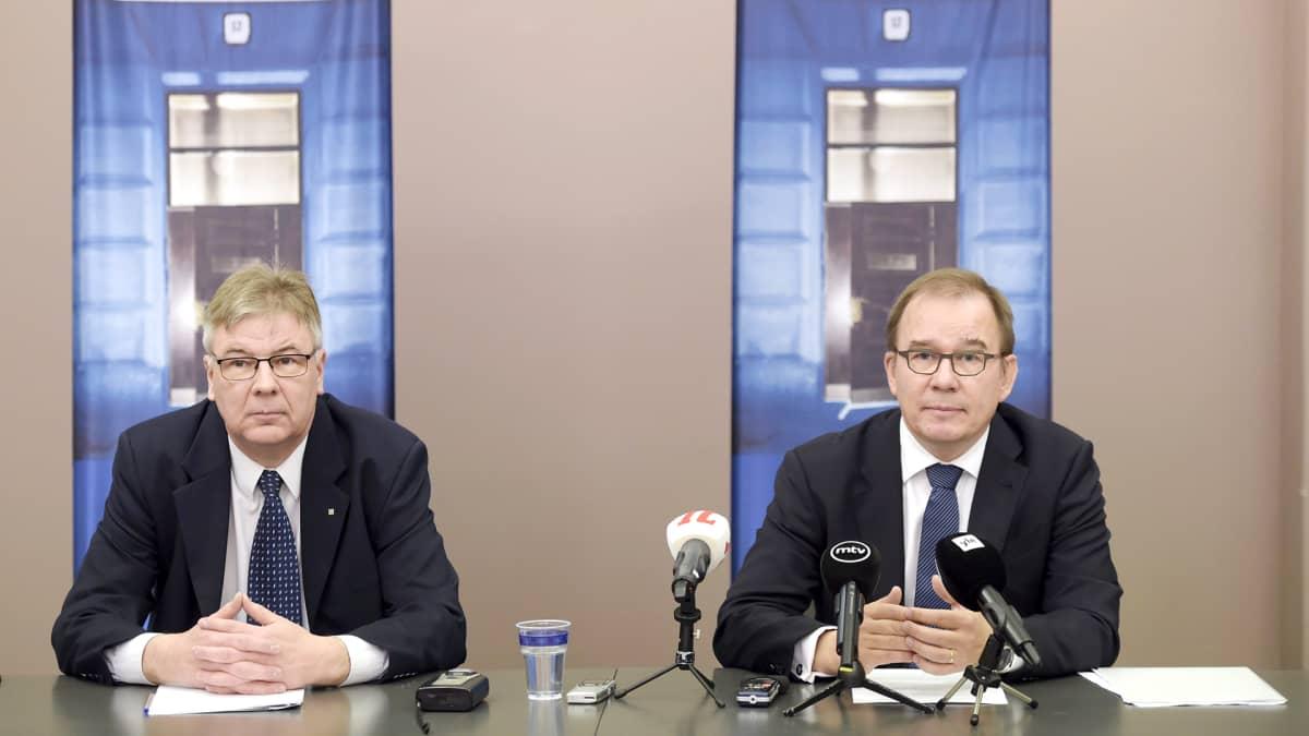 Suojelupoliisin turvallisuusyksikön päällikkö Kari Harju ja päällikkö Antti Pelttari Supon tiedotustilaisuudessa