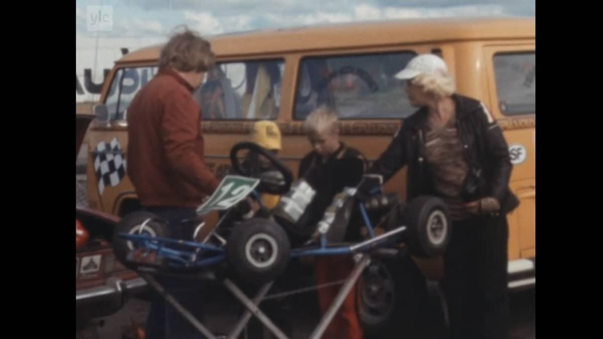 Mika Häkkinen vanhempiensa kanssa kartin-radalla vuonna 1979.