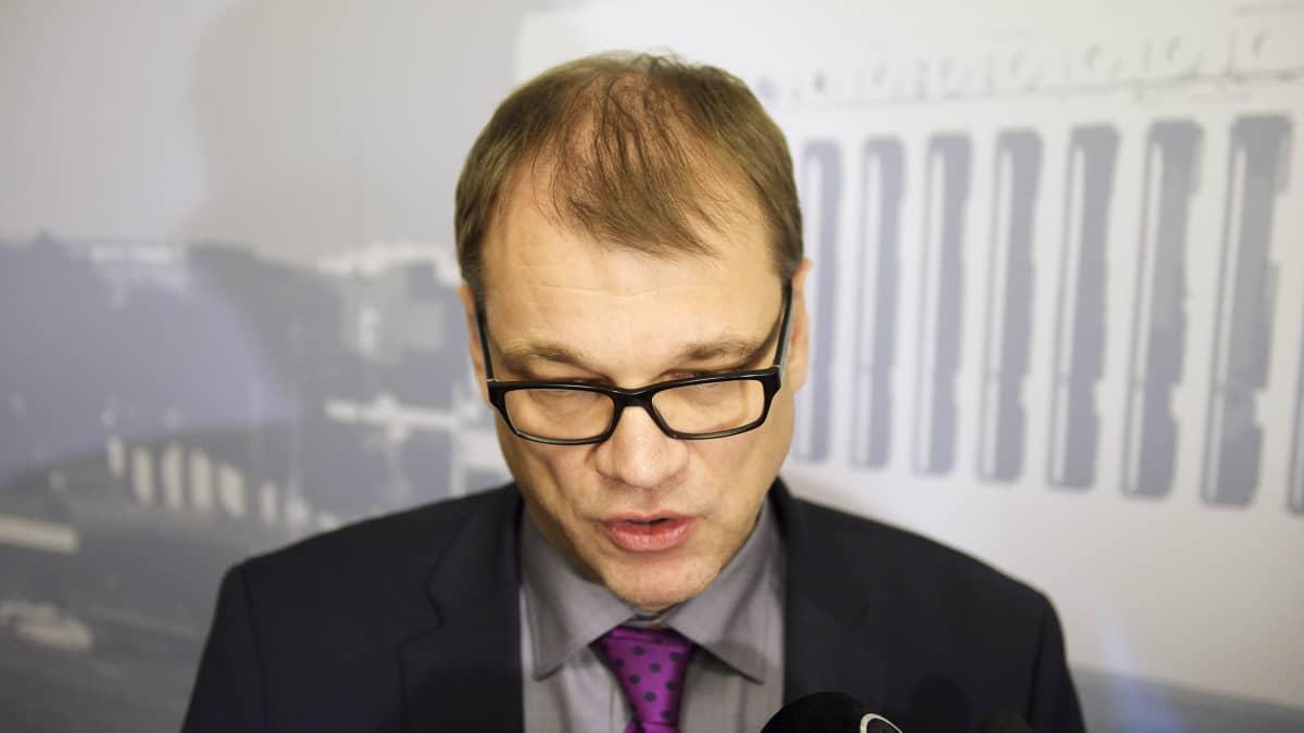 Pääministeri Juha Sipilä (kesk) kommentoi valtiovarainministeri Alexander Stubbin hallintarekisterilausuntoon liittyviä asioita saapuessa eduskunnan täysistuntoon Helsingissä 1. joulukuuta.