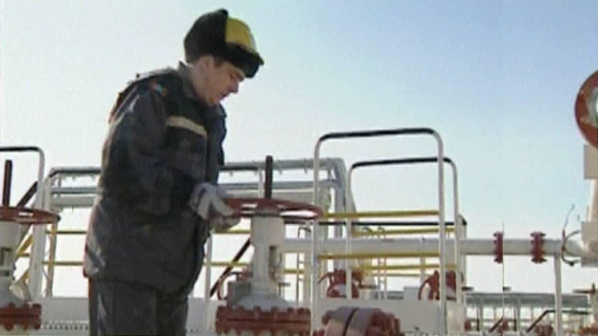 Mies kääntää öljyputken venttiiliä.