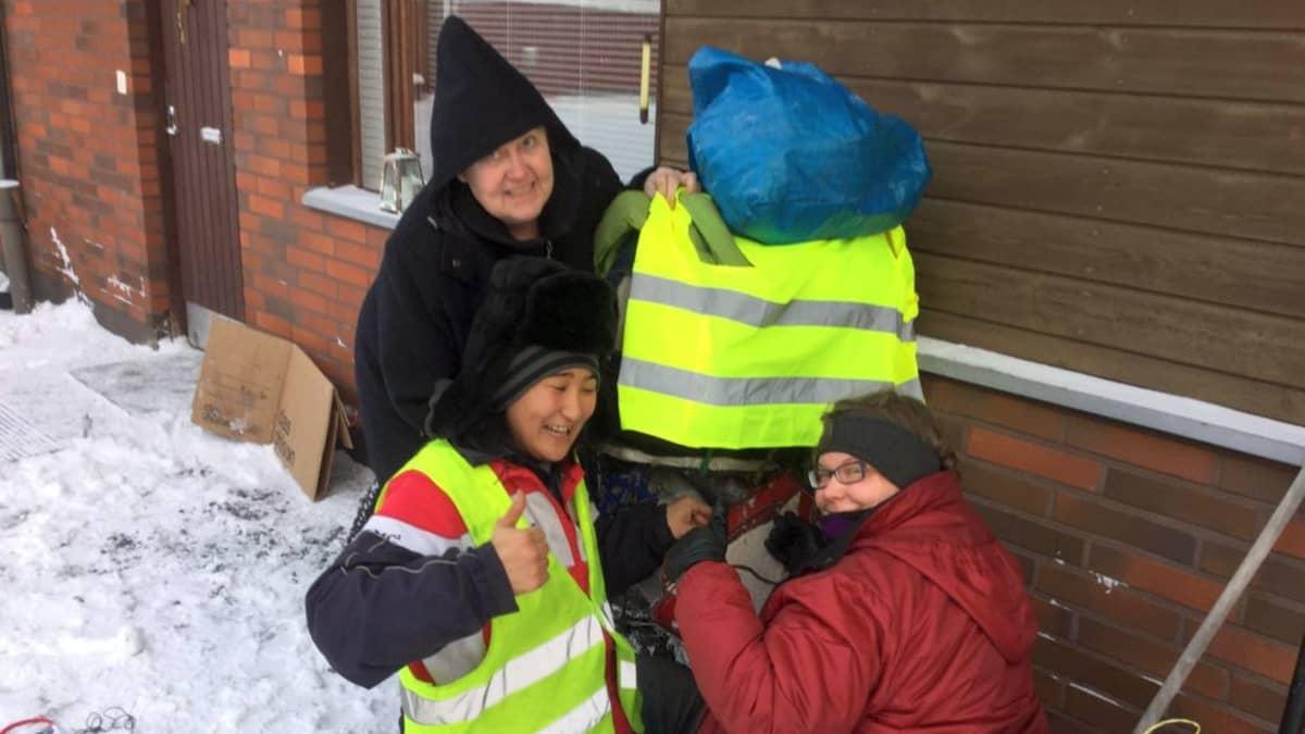 Päivi Järveläinen (vas.) ja Tiina Pasanen huolehtivat, että Satoru pääsee jatkamaan matkaa pohjoiseen kunnon varusteissa.