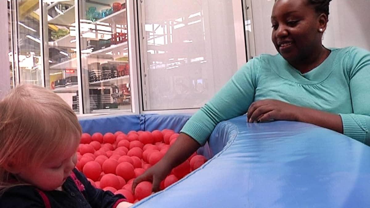 Humalajoen perheen kenialainen lastenhoitaja