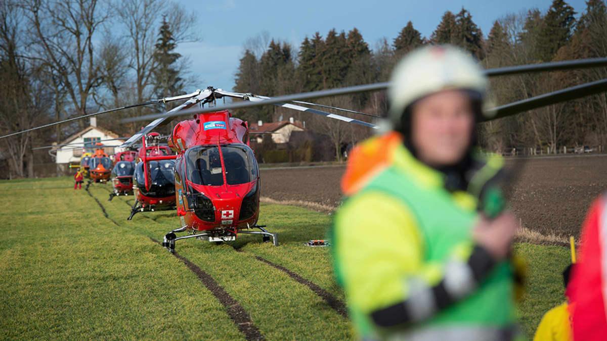 Helikopterit olivat valmiinä lähtöön onnettomuuspaikalle lähellä Bad Aiblingia, Saksassa tiistaina.