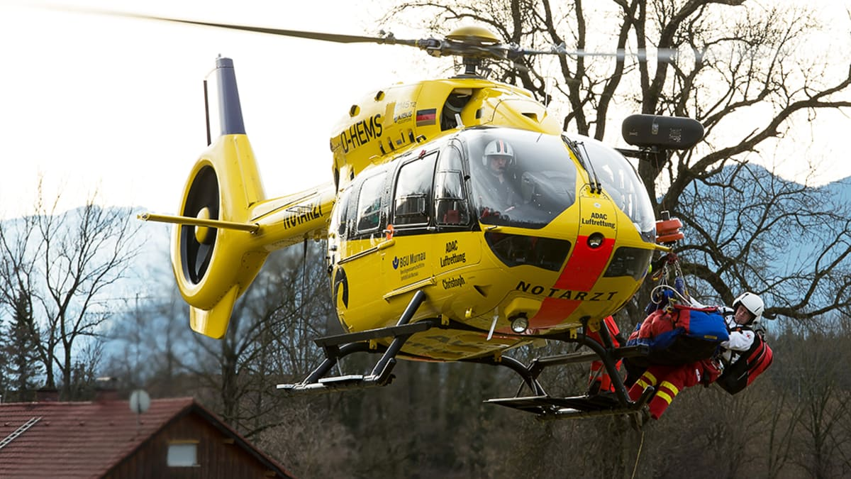 Pelastushelikopteri nousee pellolta Bad Aiblingin lähistöllä.