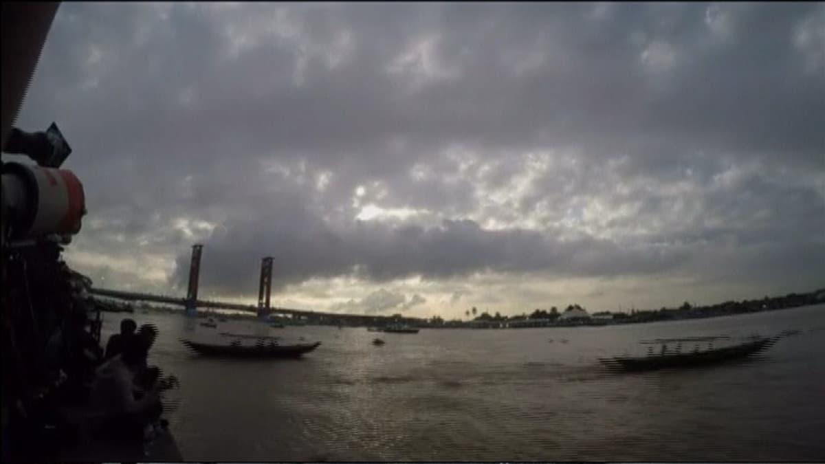 Veneitä vesillä lähellä rannikkoa.