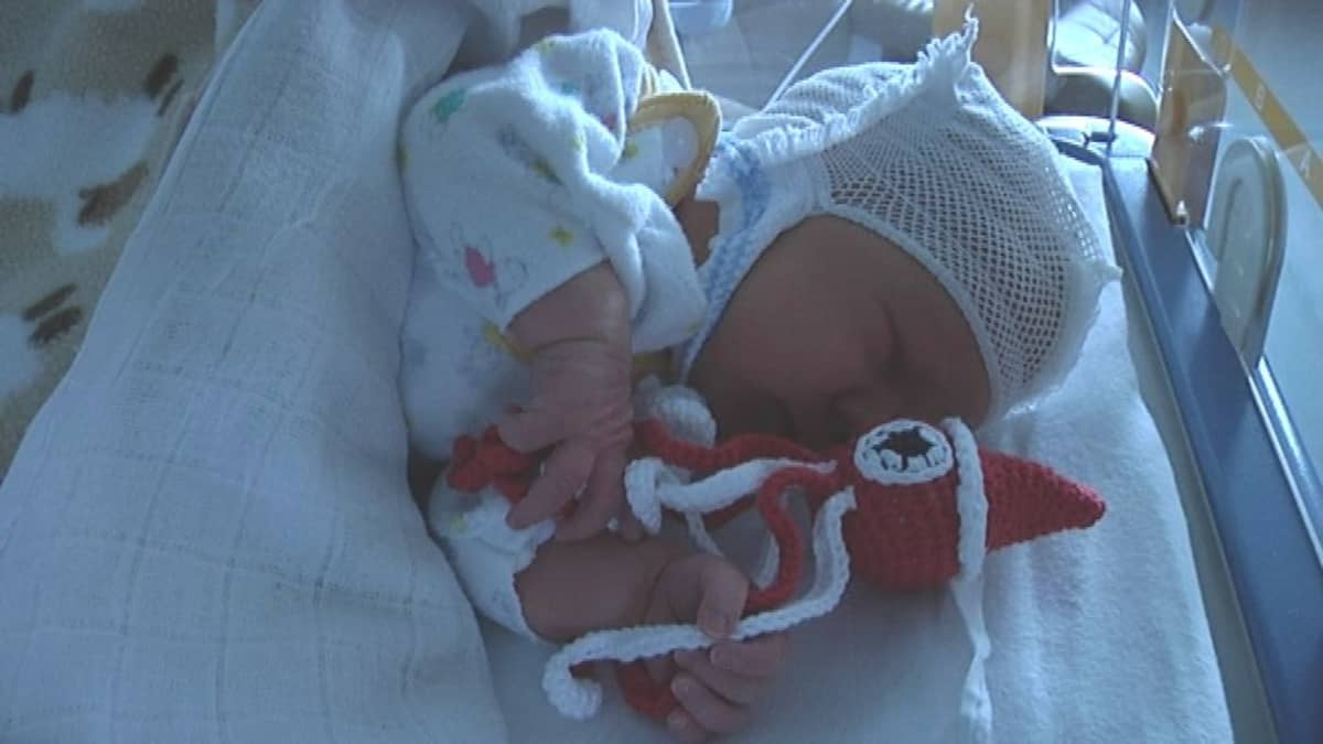 virkattu turvalonkero vauvan vieressä