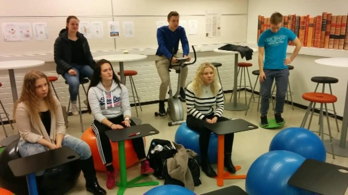 Liedon lukiossa voi käyttää liikuntavälineitä terveystiedon tunnilla.