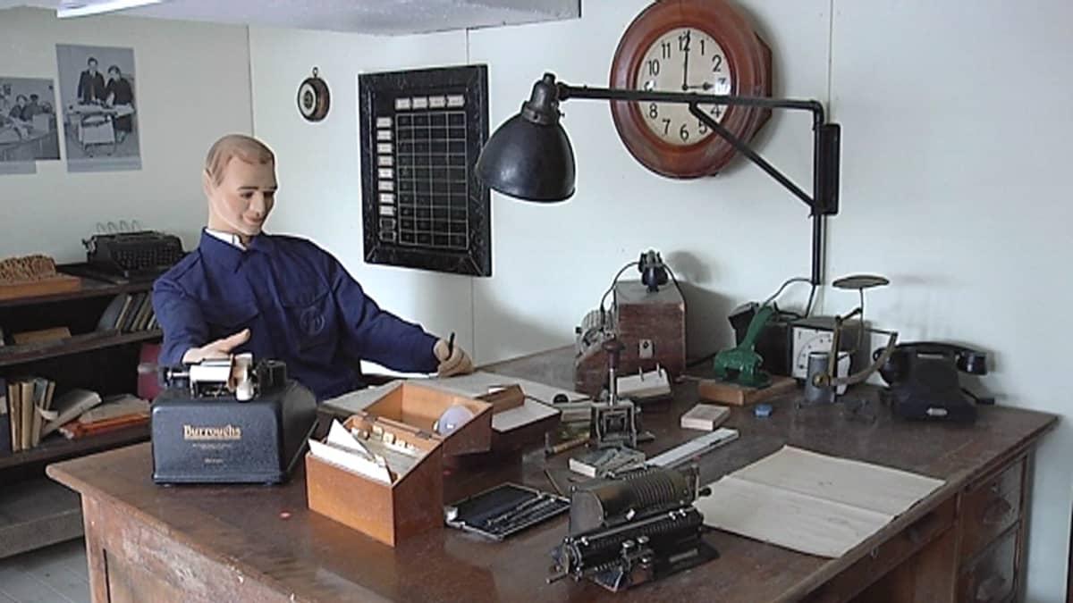 Vanha toimisto Viitasaaren sähkömuseossa.