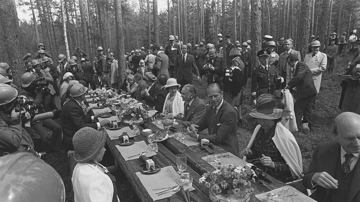 Kuninkaalliset lounaspöydässä.