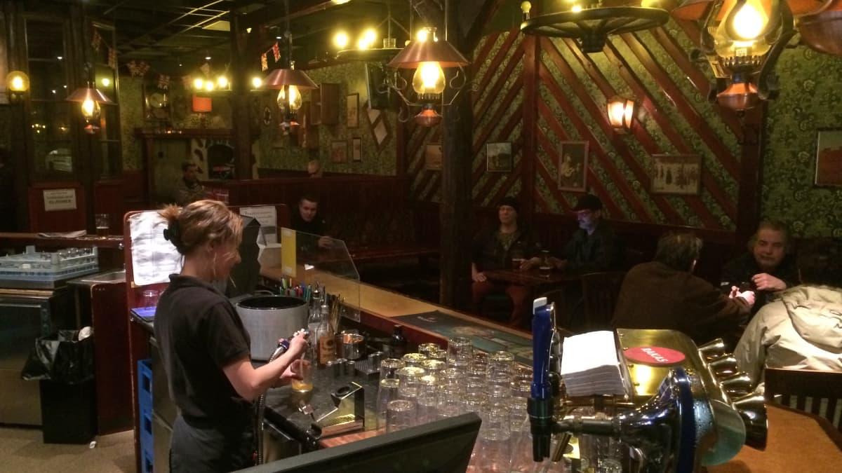 ravintola pieni talo preerialla Lahti baaritiski asiakkaita pöydissä