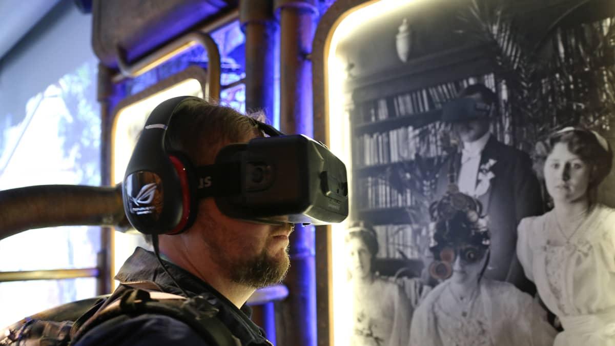 Virtuaalitodellisuuslasit antavat mahdollisuuden astua sisään elävään Helsinkiin.