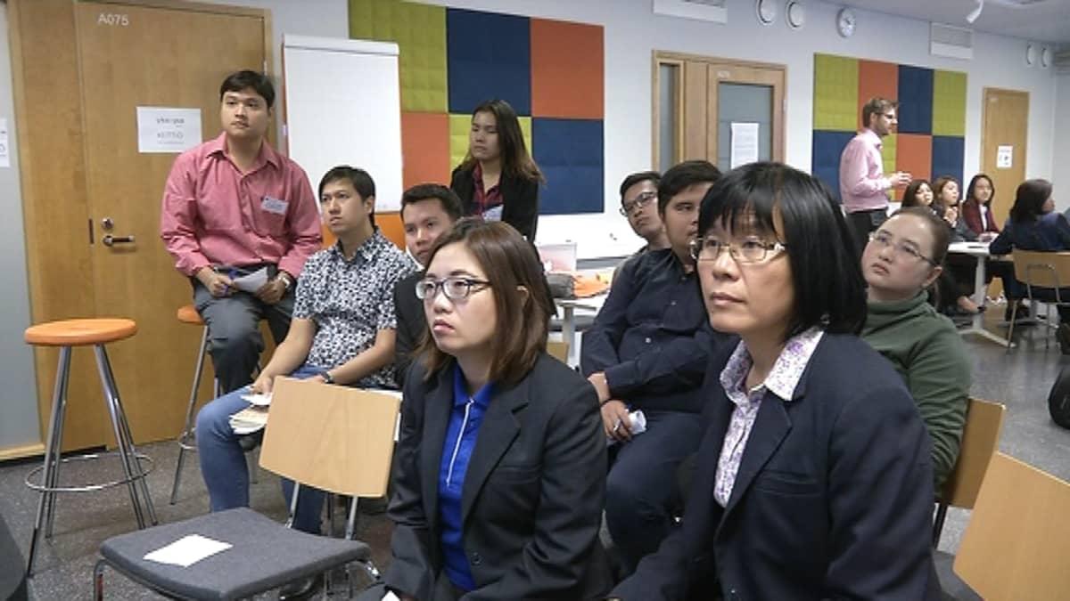 Thaimaalaisia teknillisen yliopiston opettajia luokassa.