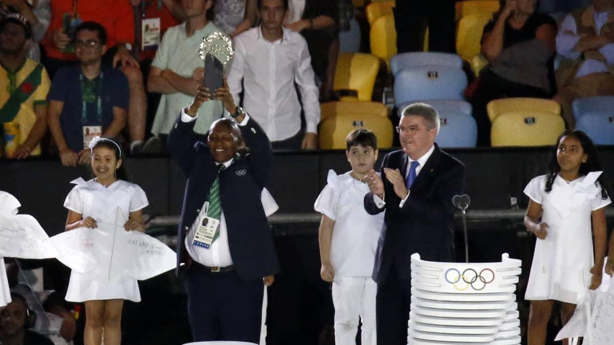Kip Keino palkittiin olympialaakeriseppeleellä.